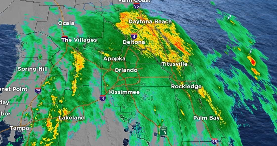La tormenta tropical Eta continúa avanzando tierra adentro al norte de Florida central.  Habrá focos de lluvia moderada a fuerte durante el viaje de la mañana, pero la lluvia se apagará gradualmente hasta el jueves por la mañana.  La amenaza de clima severo con Eta también ha disminuido significativamente.