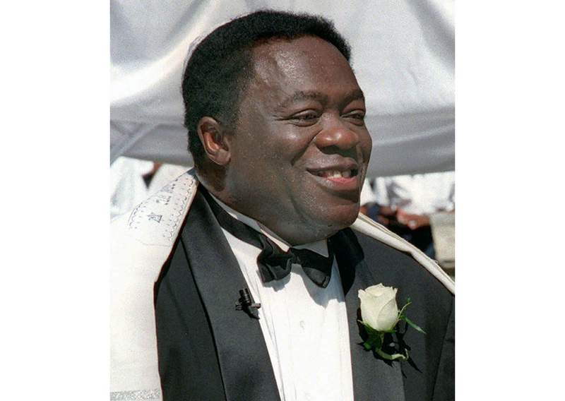 """FILE - Actor Yaphet Kotto appears on his wedding day in Baltimore, Md. on July 12, 1998. Kotto, the commanding actor of the James Bond film Live and Let Die and as Lt. Al Giardello on the 90's NBC police drama """"Homicide: Life on the Street, died Monday, March 15, 2021 at age 81. Kottos wife, Tessie Sinahon, announced his death Monday in a Facebook post. She said he died Monday in the Philippines. Kotto's agent, Ryan Goldhar, confirmed Kotto's death. (AP Photo/John Gillis, File)"""