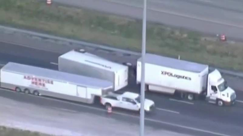 Overturned trailer slows I-4 in Seminole County