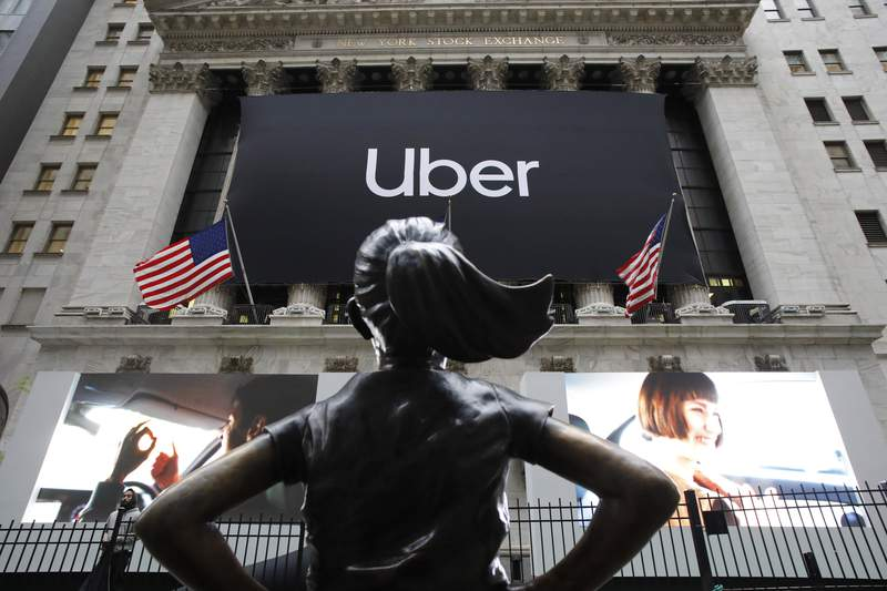 """Fotografa de archivo del 10 de mayo de 2019 de la estatua de """"La nia sin miedo"""" frente a la Bolsa de Valores de Nueva York antes de que Uber, el servicio de transporte por aplicacin ms grande del mundo, tenga su oferta pblica inicial. (AP Foto/Mark Lennihan)"""