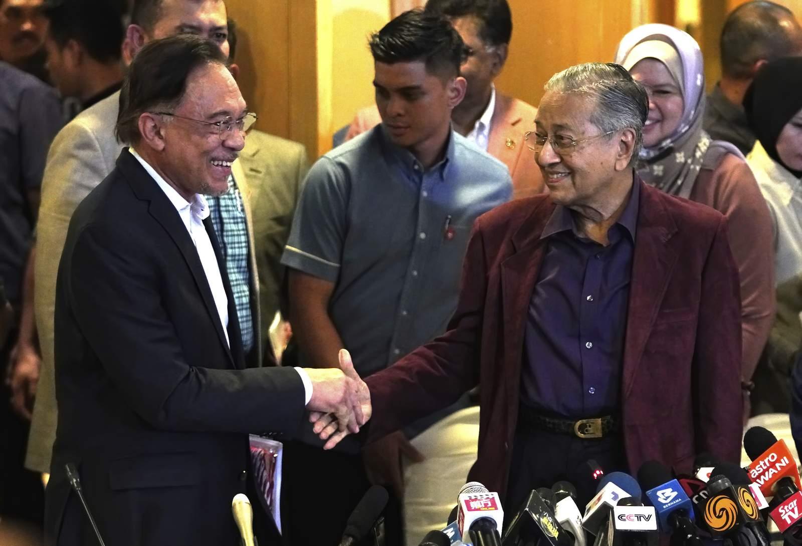 Malaysian King Accepts Mahathir S Resignation Amid Upheaval