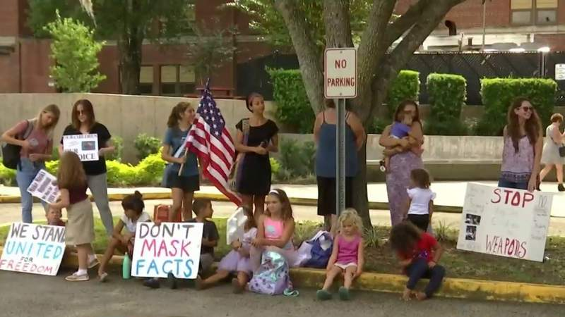 Maskless mothers kicked out of Volusia County School Board meeting