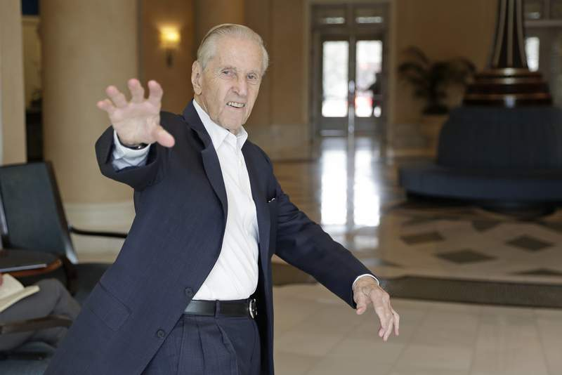 Fred Wilpon, principal owner of the New York Mets, waves as he heads to a meeting during MLB baseball owners meetings, Wednesday, Feb. 5, 2020, in Orlando, Fla. (AP Photo/John Raoux)