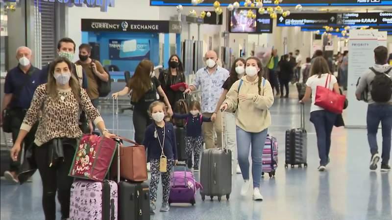 Despite CDC coronavirus warning, Thanksgiving travelers crowding South Florida airports