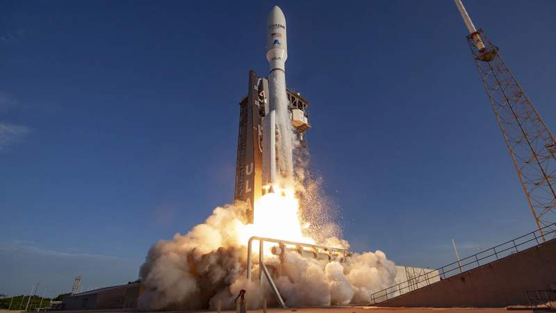 A rendering of ULA's Altas V launching Project Kuiper satellites. (Image credit: Amazon)