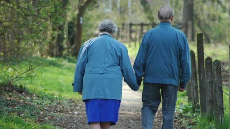 5 things to do to help brighten the day of an isolated senior citizen