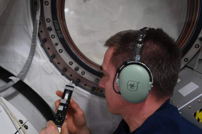 NASA astronaut Chris Cassidy uses an ultrasonic leak detector to check windows around the ISS for the source of a small air leak on the International Space Station. (Image: NASA/Chris Cassidy)