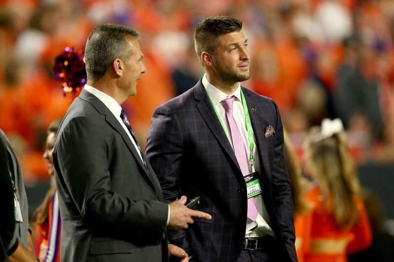 GLENDALE, AZ - JANUARY 11:  Urban Meyer talks with Tim Tebow during the 2016 College Football Playoff National Championship Game at University of Phoenix Stadium on January 11, 2016 in Glendale, Arizona.  (Photo by Ronald Martinez/Getty Images)